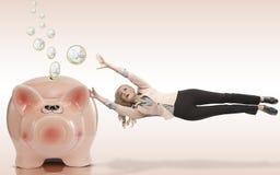 De vrouw is bang om haar besparingen te verliezen Stock Foto's