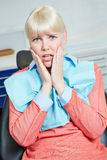 De vrouw is bang van de tandarts Royalty-vrije Stock Afbeeldingen
