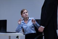 De vrouw is bang van haar werkgever stock foto