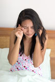 De vrouw in bed roept haar telefoon Royalty-vrije Stock Fotografie