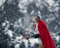 De vrouw in beeld van Germaans-Skandinavische God van donder en onweer gaat met hamer in haar hand Cosplay Royalty-vrije Stock Fotografie