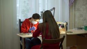 De vrouw behandelt Spijkers met Gel Pools aan een Cliënt stock videobeelden