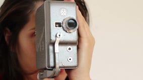 De vrouw behandelt Uitstekende Camera stock footage