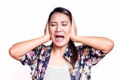 De vrouw behandelt zijn oren met haar handen stock foto's