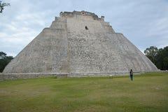 De vrouw bekijkt de Piramide van de Tovenaar, Uxmal, Yucatan Penins Stock Fotografie