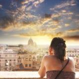 De vrouw bekijkt de stad van Rome bij de zomerzonsondergang Royalty-vrije Stock Afbeeldingen