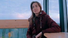 De vrouw bekijkt het park van cabine van ferriswiel stock video