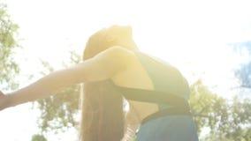 De vrouw bekijkt omhoog zon, wijfje voor hemel wordt geopend met aardgod die wordt verenigd, voelt vrij stock video