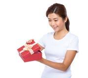 De vrouw bekijkt rode giftdoos royalty-vrije stock foto's