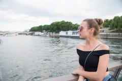 De vrouw bekijkt zegenrivier in Parijs, Frankrijk Sensuele vrouw in zonnebril op brug op de zomerdag Vakantie en zwerflustconcept stock foto