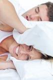 De vrouw beklemtoonde door de gesnurken van haar vriend Stock Foto
