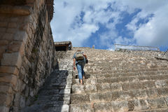 De vrouw beklimt omhoog bij Akropolis van Mayan archeologische plaats van Ek-Bedelaars royalty-vrije stock afbeelding