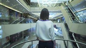 De vrouw beklimt omhoog op de lift stock videobeelden