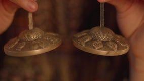 De vrouw belt Paar kleine Indische muzikale instrumenten van klankbekkensmanjira stock footage