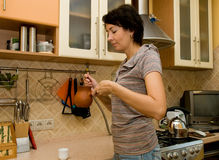 De vrouw bereidt koffie voor Stock Foto's