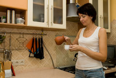 De vrouw bereidt koffie voor Stock Afbeeldingen