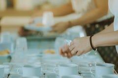 De vrouw bereidt snack en drank voor conferentie voor royalty-vrije stock foto's