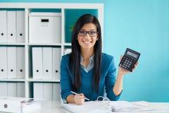 De vrouw berekent belasting bij bureau in bureau Royalty-vrije Stock Foto's