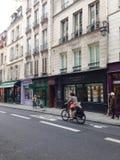 De vrouw berijdt een fiets Royalty-vrije Stock Afbeeldingen