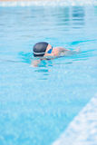 De vrouw in beschermende brillen die voorzijde zwemmen kruipt stijl Stock Foto's