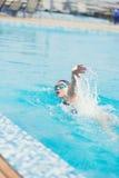 De vrouw in beschermende brillen die voorzijde zwemmen kruipt stijl Stock Afbeelding