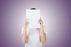 De vrouw beschermt of verbergt haar gezicht royalty-vrije stock afbeeldingen