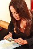De vrouw bespreekt het document Royalty-vrije Stock Foto's