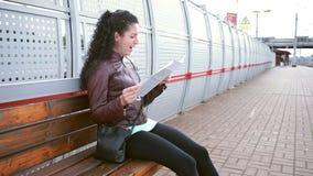De vrouw bestudeert een kaart en geeuwen stock footage