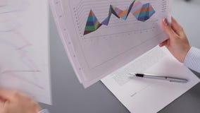 De vrouw bestudeert grafische grafiek stock footage