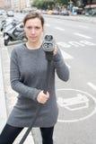 De vrouw betaalt bij een elektrische auto het laden post stock fotografie