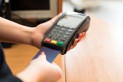 De vrouw betaalt door creditcard Stock Afbeeldingen