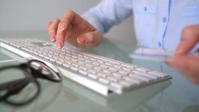 De vrouw betaalt door creditcardaankopen op Internet Vrouwenbeambte het typen op het toetsenbord Online betalingsconcept stock videobeelden