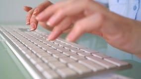 De vrouw betaalt door creditcardaankopen op Internet Vrouwenbeambte het typen op het toetsenbord Online betalingsconcept stock footage