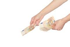 De vrouw betaalt of gevend contant geld Euro bankbiljetten Stock Foto