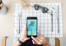 De vrouw betaalt voedsel via mobiele apps bij restaurantlijst Mobiele betaling stock afbeeldingen