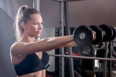 De vrouw is bezig geweest met een domoor met de gymnastiek Het meisje met D Stock Fotografie