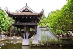de vrouw bidt bij Één Pijlerpagode, Hanoi Stock Afbeeldingen