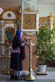 De vrouw bidt in Kerk Royalty-vrije Stock Afbeelding