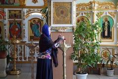 De vrouw bidt in Kerk Royalty-vrije Stock Fotografie