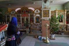 De vrouw bidt in Kerk Royalty-vrije Stock Afbeeldingen