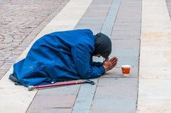 De vrouw bidt voor godsvoorzijde van St. Stephen Basiliek stock fotografie
