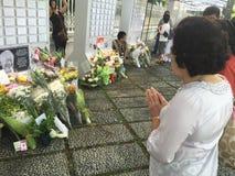 De vrouw bidt voor recente ex eerste minister van Singapore, Lee Kuan Yew Royalty-vrije Stock Fotografie