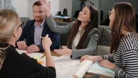 De vrouw biedt goed idee aan iedereen gelukkig is, hoog-fiving elkaar Creatieve commerciële teamvergadering in startbureau stock videobeelden