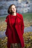 De vrouw bij de herfstpark geniet van zonnige dag Royalty-vrije Stock Fotografie