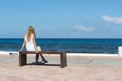 De vrouw bij de oceaan Stock Foto