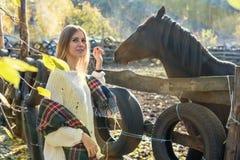 De vrouw bij drijft met paarden bijeen Royalty-vrije Stock Fotografie