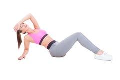 De vrouw bij gymnastiekzitting vermoeide neer na training Stock Fotografie
