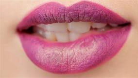 De vrouw bijt haar lip stock footage