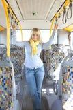 De vrouw binnen een bus wacht vast aan handvatten Royalty-vrije Stock Foto's