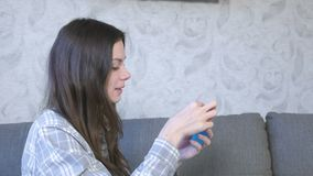 De vrouw blaast een grote bel van een blauw slijm op Spel met slijm stock footage